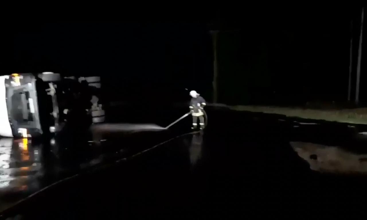 Близько 7 тонн бітуму вилилось на дорогу внаслідок ДТП поблизу Золотоноші (ВІДЕО)