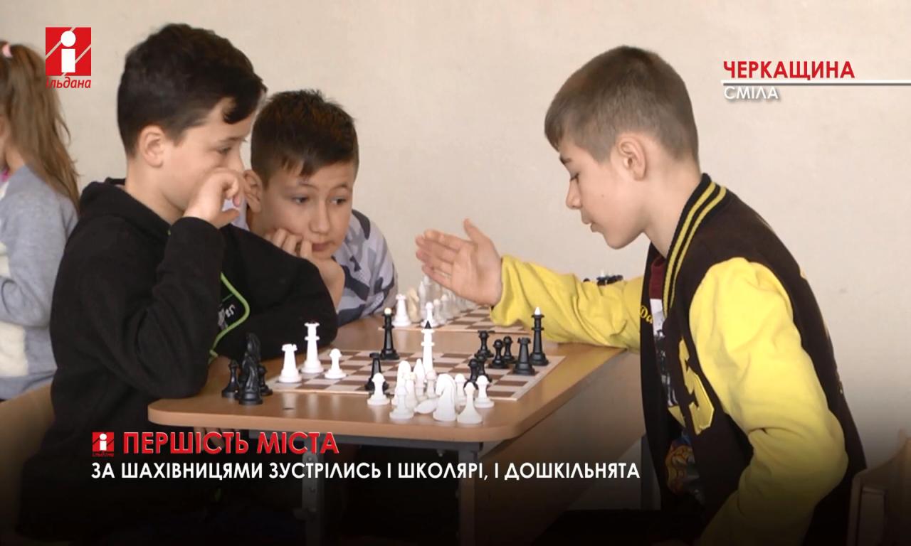 У сквері «Юність» з'явилося ще два шахові столи (ВІДЕО)