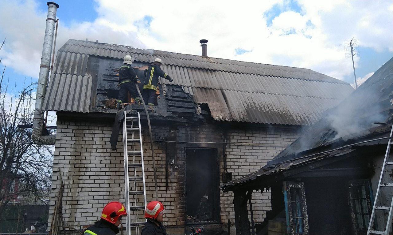 У Золотоноші пожежа перекинулася з житлового будинку на сусідній (ВІДЕО)