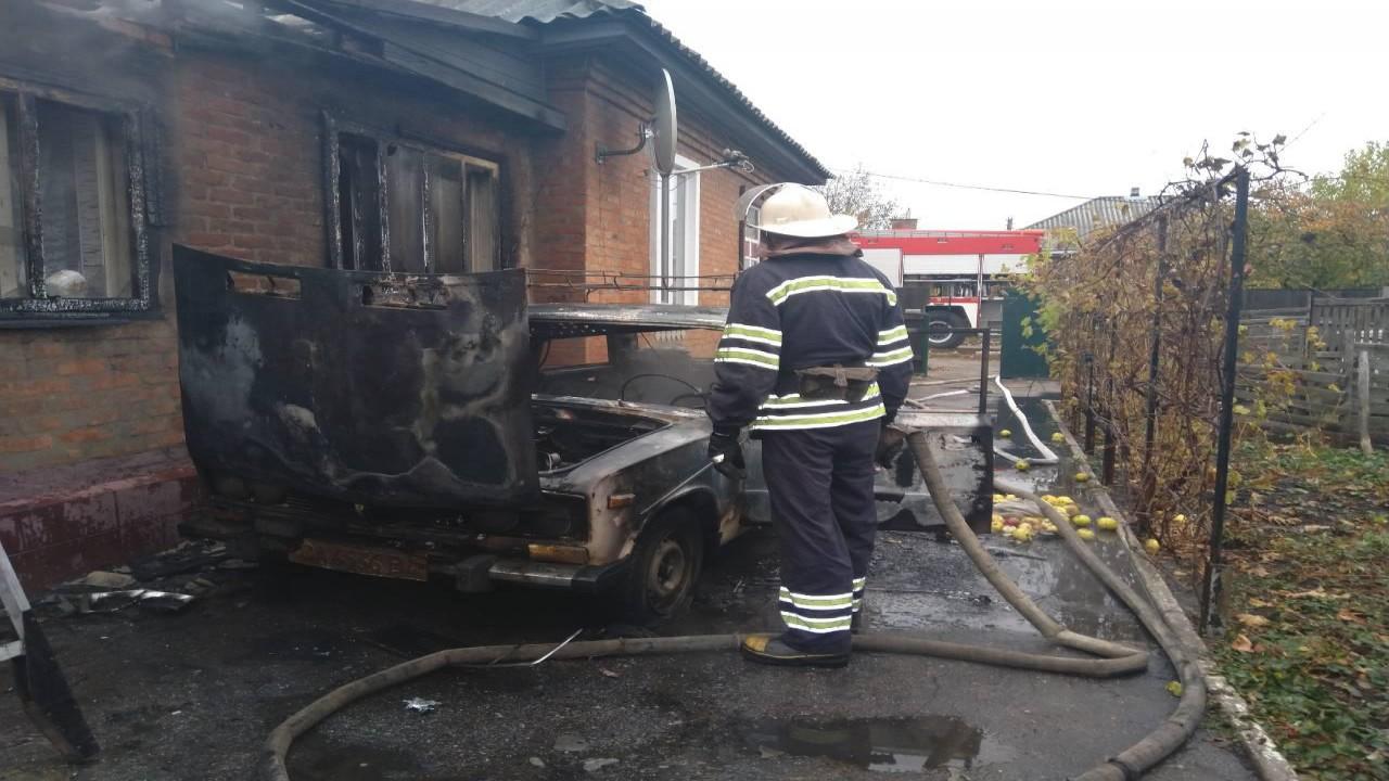 Через загорання автомобіля у Золотоноші ледь не згорів будинок