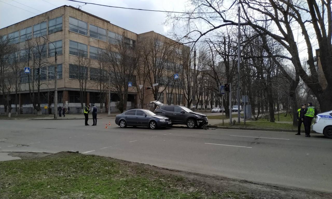 ДТП на перехресті в центрі Черкас: не поділили дорогу два дорогих автомобілі