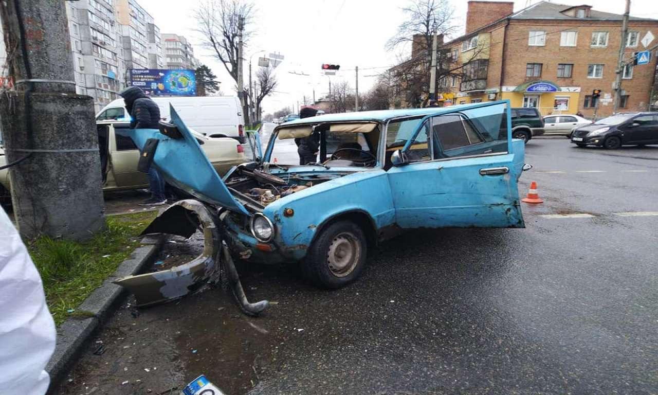 ДТП на розі Надпільної-Чорновола: працювало три бригади екстренки (ФОТО)