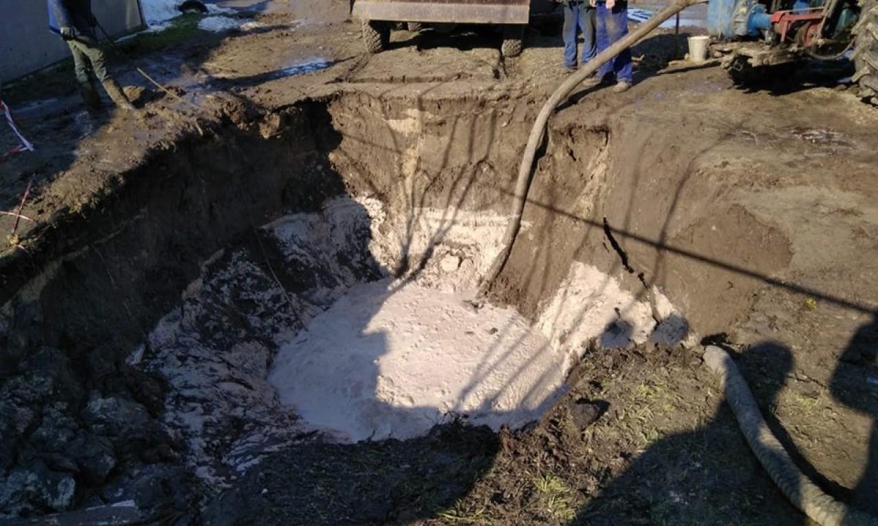 На околиці Черкас прорвало каналізаційний колектор: підтоплено два житлових будинки