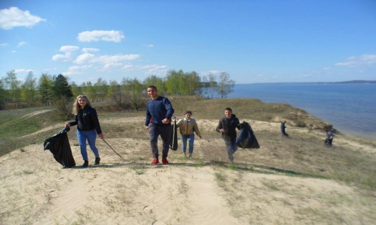 Близько 3 км узбережжя Дніпра прибрали учні в Ліплявському лісництві