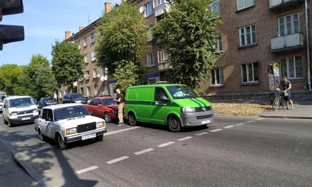 Дві ДТП на одній вулиці: рух ускладнено (ФОТО)-444