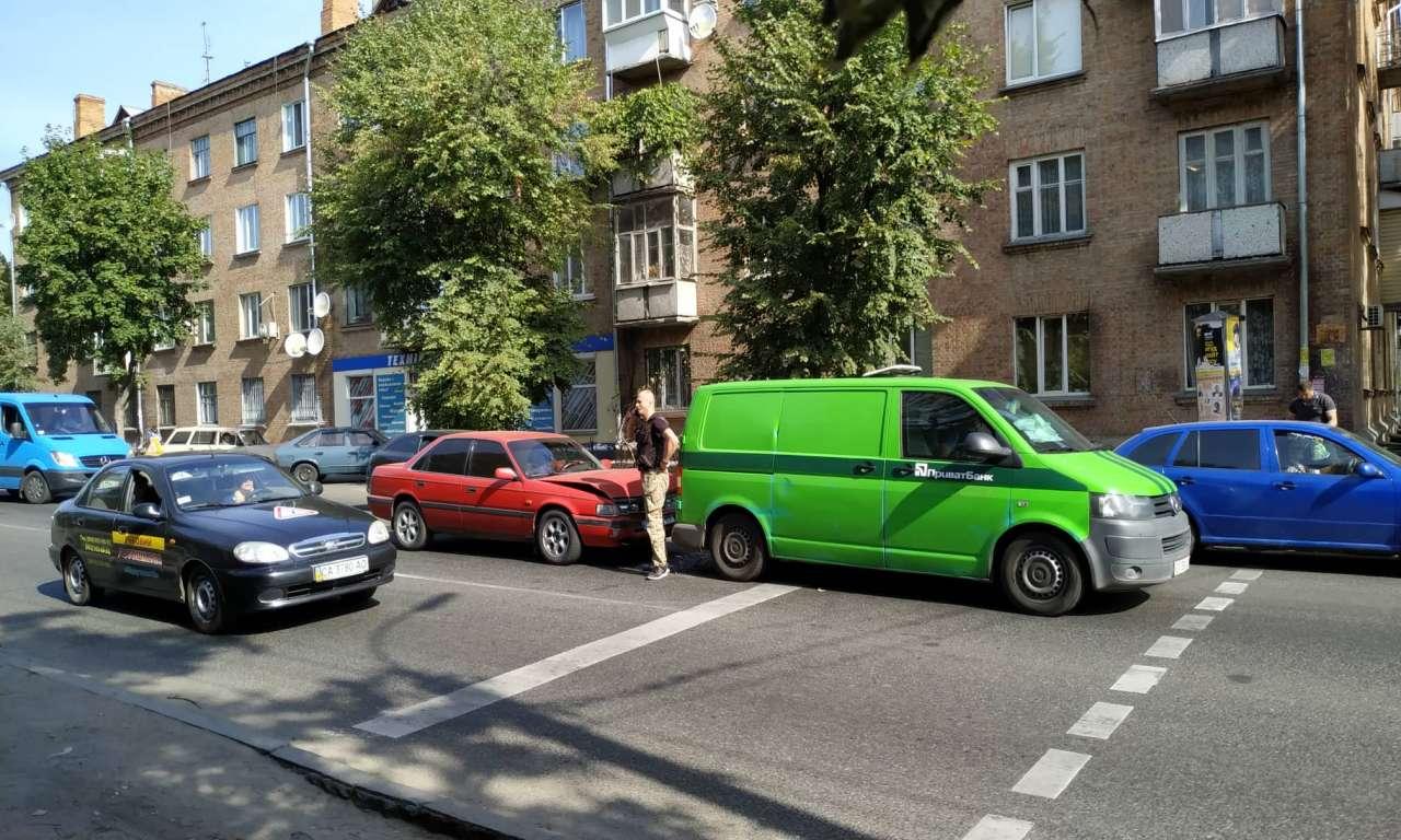 Дві ДТП на одній вулиці: рух ускладнено (ФОТО)