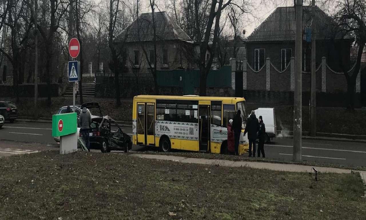 ДТП на Смілянській: легковик зіткнувся з маршруткою (ФОТО)