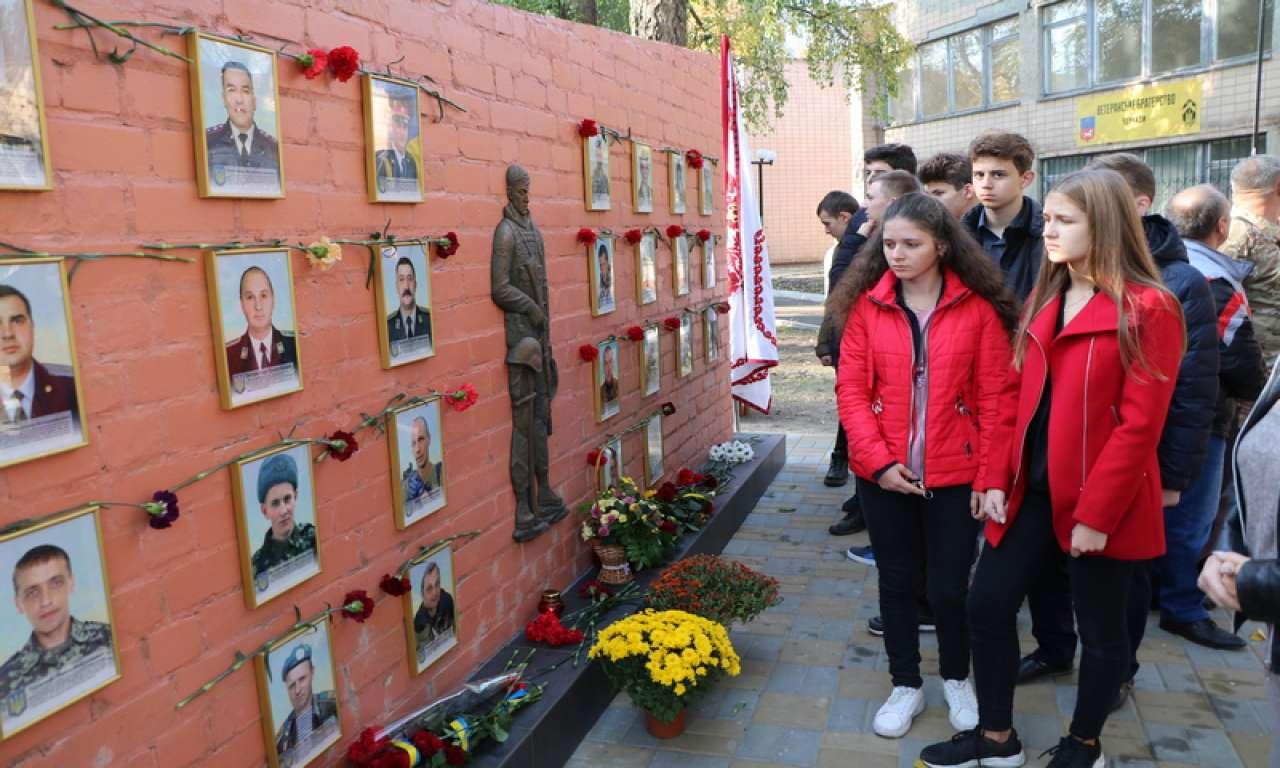Стелу пам'яті загиблих в АТО 28 черкащан відкрилиу Черкасах (ФОТО)